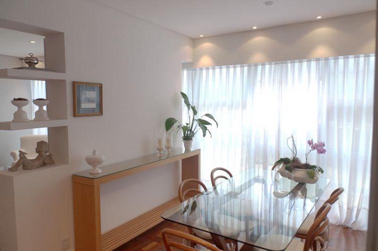 A mesa e as cadeiras da sala de jantar são parte dos móveis que acompanham a família há anos; para repaginá-los, as almofadas dos assentos receberam linho cru