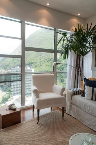 Detalhe do estar, que desfruta da vista da Lagoa Rodrigo de Freitas, no Rio de Janeiro