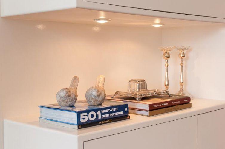O projeto luminotécnico, feito pela própria Adoro Arquitetura, previu lâmpadas bipino para os nichos abertos, a fim de destacar a coleção de objetos provindos das viagens do casal
