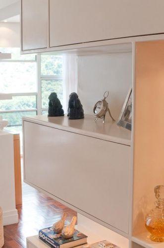 A estante no hall de entrada é executada em MDF com pintura em laca branca acetinada