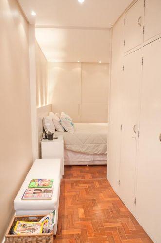 No escritório está a janela que ilumina todo o quarto; o armário embutido é original e suas portas receberam acabamento de laca branca acetinada