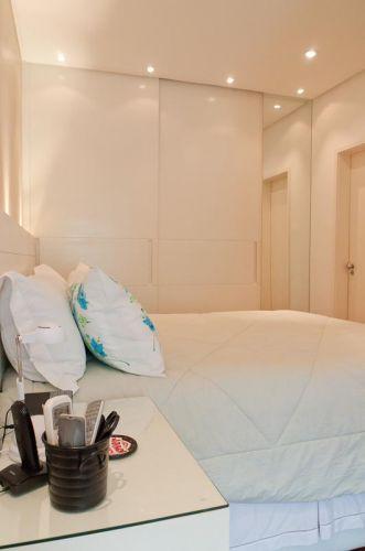 Vista do dormitório do casal a partir do escritório. Na cabeceira, também de MDF laqueado, há iluminação indireta com lâmpadas do tipo minicróica