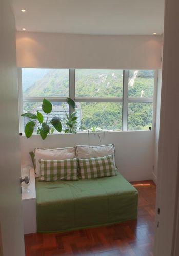 Um painel de MDF colocado junto à janela criou uma pequena jardineira, que serve de encosto para o futon