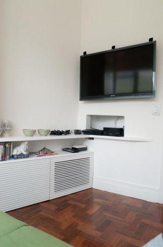 O móvel para a sala de TV foi pensado na forma de carrinhos que funcionam como grandes gavetas dotadas de rodinhas