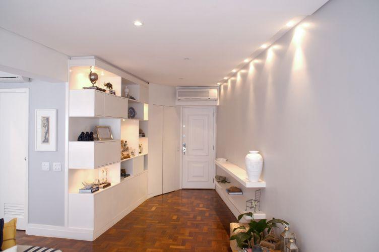 A entrada principal do apartamento abrigava originalmente uma estreita sala de jantar, que se transformou em hall e recebeu uma estante. Entre a porta de entrada e a estante, o acesso à cozinha (fechado)