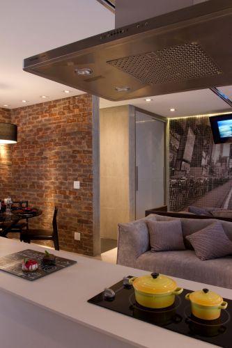 A bancada de corian e a coifa da Electrolux demarcam o território da cozinha no loft com projeto de interiores de Ana Bartira Brancante