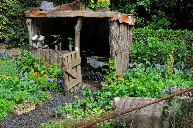 O projeto de Ysgol Bryn Castell em companhia dos alunos da escolar de horticultura Heronsbridge propõe um jardim ambientado nos Vales de Gales em 1947. No ambiente, as crianças, simbolizadas pelos brinquedos, crescem em meio ao cultivo das frutas, hortaliças e flores. O espaço faz parte da edição 2011 do Chelsea Flower Show, na Inglaterra, e conquistou uma medalha de prata na categoria