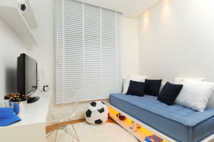 No quarto do menino, o mobiliário de madeira foi projetado pelo escritório da arquiteta Elaine Carvalho. Com base branca, o ambiente ganha cores nos detalhes. Destaque para a base da cama, estofada com futon, que ganha espaço para objetos e oferece um ponto de luz ao rés do chão. O apartamento de 150 m² fica no bairro do Cambuí, em Campinas (SP)