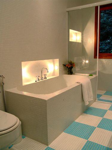 Idealizado pela arquiteta Adriana Tupinambá, o banheiro de 6 m² ganha tom alegre com o