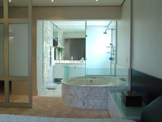 Inspirese em 27 projetos para banheiros de sonho  Casa e Decoração  UOL Mu -> Banheiro Pequeno De Vidro Dentro Do Quarto