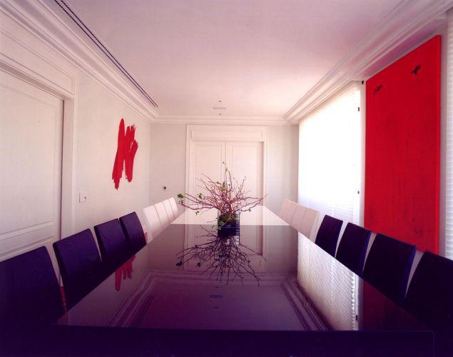 No jantar, a mesa preta e branca de vidro chodopack (método que colore o material diretamente na massa) foi projetada pela arquiteta Brunete Fraccarol e executada pela Penha Vidros. O uso de tons vermelhos conferem cor e contraste ao ambiente