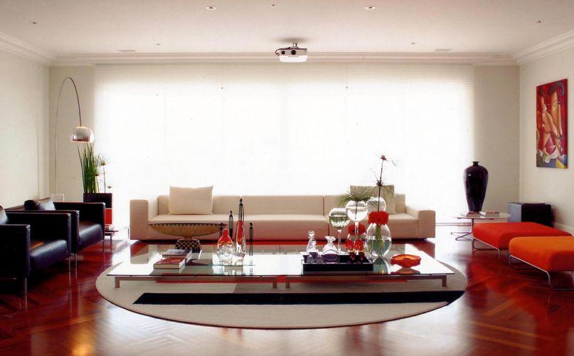 Totalmente simétrica, a sala de estar sintetiza o estilo moderno do apartamento