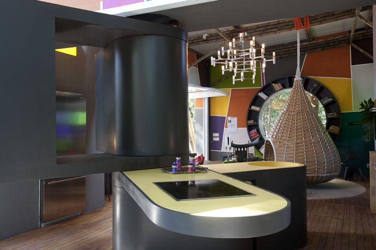 Em um dos extremos da Cabana Urbana, na Casa Cor, a bancada articulada reúne cuba, cooktop e armários. O protótipo foi desenvolvido pelo design de interiores Fábio Galeazzo. A exposição fica em cartaz no Jockey Club de São Paulo de 24 de maio a 12 de julho de 2011 (24/05/2011)