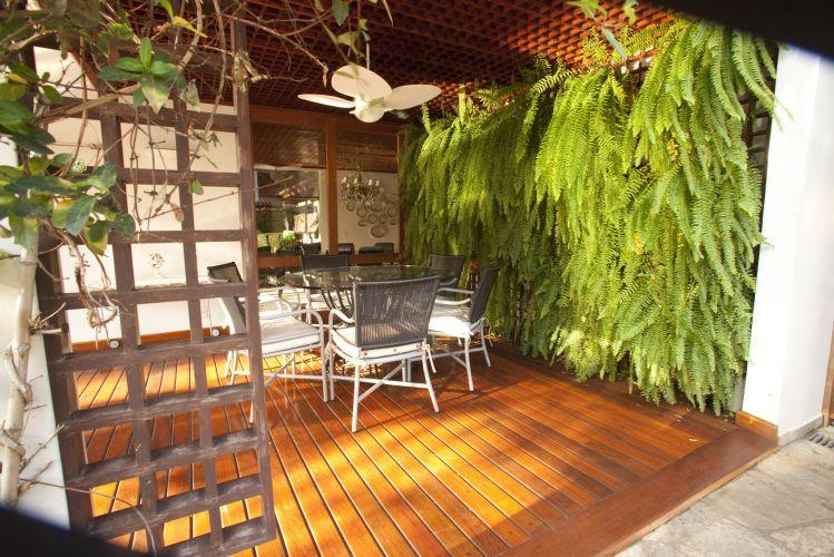 Para satisfazer a vontade da vovó, que teve presença decisória no projeto, Marcelo Faisal planejou a parede verde. Aproveitando a treliça de madeira, previamente instalada, encaixou os vasos com samambaias rendadas. À esquerda, a treliça serve como tutora para a tumbérgia