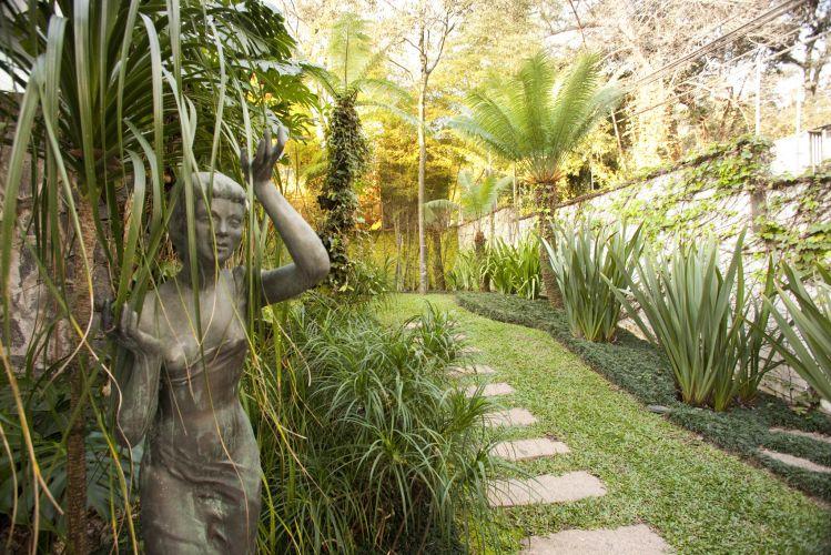 No jardim das esculturas, mini pândanos (à esq.) e fórmios sobre grama preta se detacam na composição que ainda leva cicas ( ao fundo)