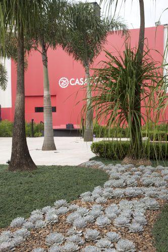 Praça das Esculturas, assinada por Rafaela Novaes e Marcelo Novaes. O espaço integra elementos naturais e obras de Bia Doria, do artista português Santos Lopes e do designer e artista plástico Agostinho Gomes, entre outros. A Casa Cor SP fica aberta até dia 17 de julho de 2011, no Jockey Club de São Paulo