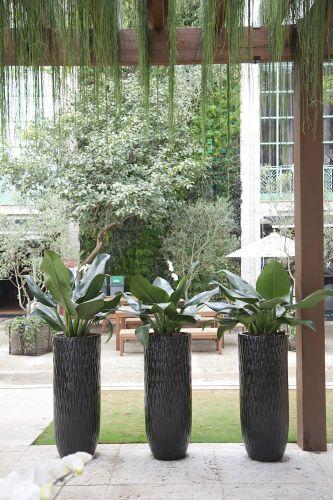 Praça das Palmeiras, de Ana Paula Magaldi. O espaço conta com um teto verde pendente, além de um espelho d'água e de piso sustentável feito com descarte de vidros. A Casa Cor SP fica aberta até dia 17 de julho de 2011, no Jockey Club de São Paulo