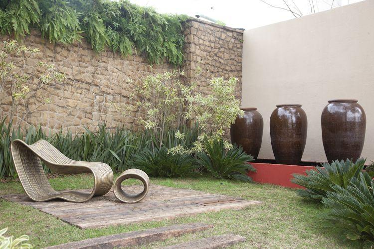 Jardim do Boulevard, criado por Luiz Felipe e Luiz Gustavo Camargo. O espaço traz madeira, pedras e vasos vietnamitas combinados de maneira contemporânea. A Casa Cor SP fica aberta até dia 17 de julho de 2011, no Jockey Club de São Paulo