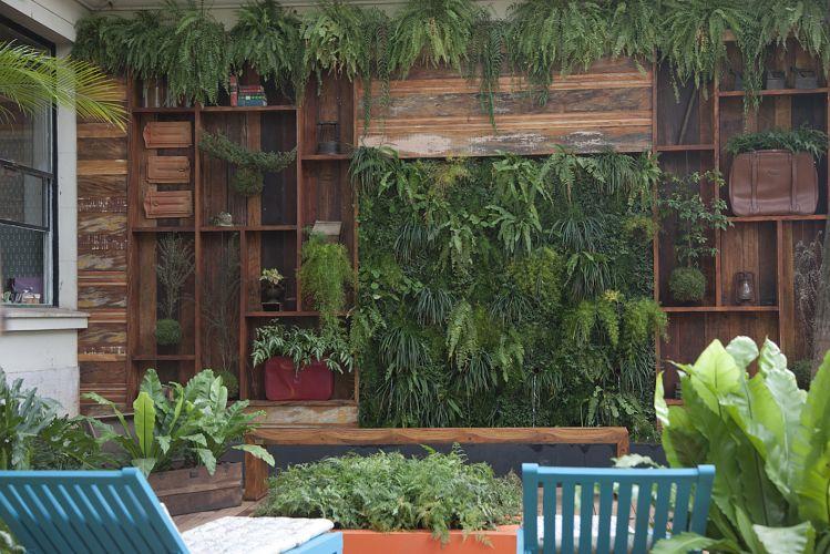 Jardim das Fontes, projetado por Gigi de Arruda Botelho. O espaço com cerca de 700m² se baseia nos quatro elementos - água, ar, fogo e terra - e tem como um dos destaques o lustre que une luzes LED a galhos reaproveitados. A Casa Cor SP fica aberta até dia 17 de julho de 2011, no Jockey Club de São Paulo