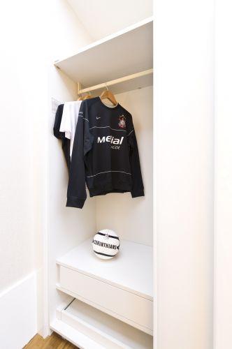 Lula cedeu três peças de sua coleção de camisas do Corinthians para a composição do closet da Suíte Presidencial, na Casa Hotel, em São Paulo. Os objetos marcam o lado masculino do espaço (21/05/2011)