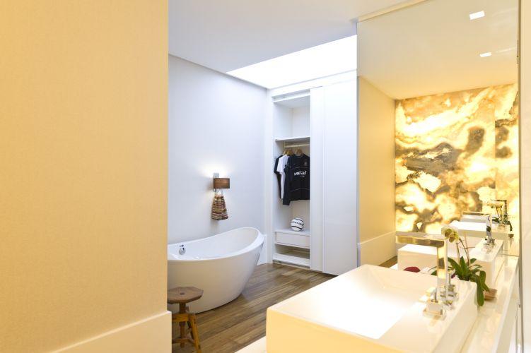 O banheiro da Suíte Presidencial tem ampla banheira, chuveiros e cubas individuais e está intimamente ligado ao closet. O espaço faz parte da mostra Casa Hotel, em São Paulo (21/05/2011)