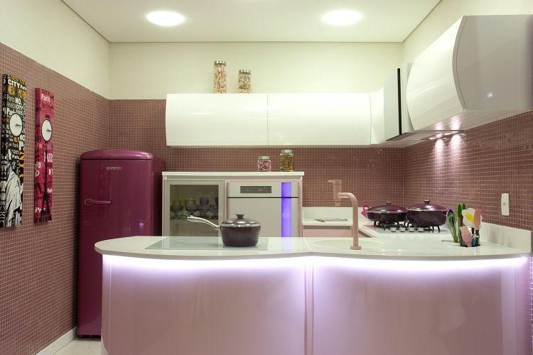 Na cozinha do estúdio projetado por Angela Tasca para a Casa Hotel 2011, homenageia o designer egípcio Karim Rashid e traz eletrodomésticos com a assinatura do homenageado e produção da eslovena Gorenje. A Casa Hotel fica em cartaz até 12 de julho, em São Paulo