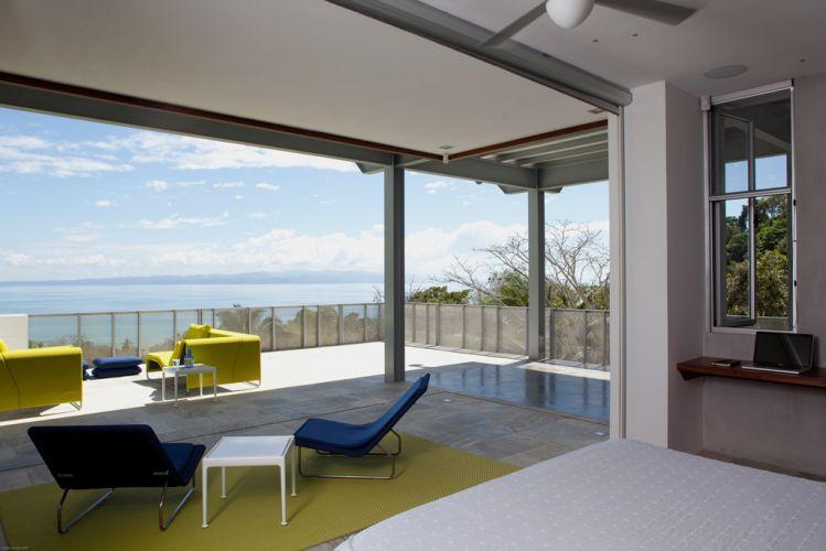 As vistas panorâmicas foram amplamente valorizadas pelos arquitetos: painéis móveis de vidro eliminam por completo as barreiras entre o interior e o exterior. Na Península de Osa, Costa Rica, a