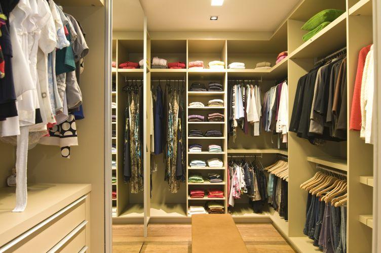 Closet feminino projetado pela Segatto. Tem varão para vestidos longos, sapateiras, prateleiras, cabideiros e gavetas. O projeto foi concebido pensando na grande quantidade de roupas da cliente, especialmente os casacos