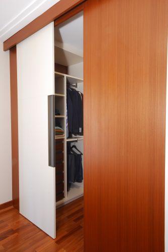 Porta de correr que separa o closet do dormitório. Os espaços foram projetados pelo escritório Madá Campos Arquitetura