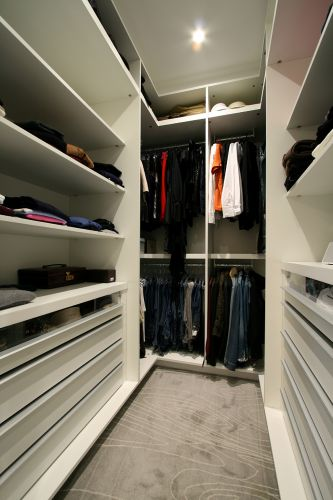 Closet projetado por Sueli Adorni. Ela escolheu o carpete Avanti para revestir todo o espaço. Os armários são da Segatto e a iluminação foi realizada pela Puntoluce