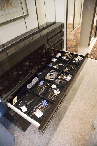 Uma cômoda acomoda acessórios da proprietária desse closet. Para preservar as peças intactas, as gavetas são forradas de veludo. A obra é da arquiteta Moema Wertheimer, da MWA Arquitetura