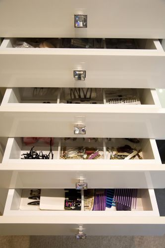 Gaveteiro é reservado para os acessórios de cabelo em um closet desenvolvido pela arquiteta Moema Wertheimer, da MWA Arquitetura