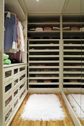 Desenhado por Jóia Bergamo e executado pela Marcenaria Contemporânea, o closet é cheio de gavetas e, muitas delas, têm a frente de acrílico. A proprietária quis gavetões bem largos, para poder enxergar bem suas blusas na hora de se trocar