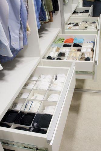 No projeto da arquiteta e decoradora Beatriz Dutra, as gavetas reservadas para as roupas íntimas foram divididas em casulos de acrílico. Assim, fica mais fácil visualizar as peças e manter a organização