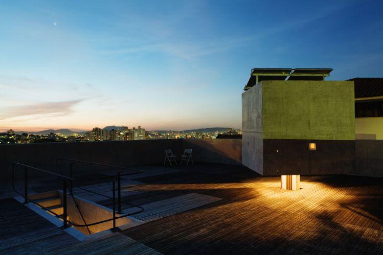 terraco jardim detalhe:Ampla vista do entardecer proporciona a cobertura da casa na Vila