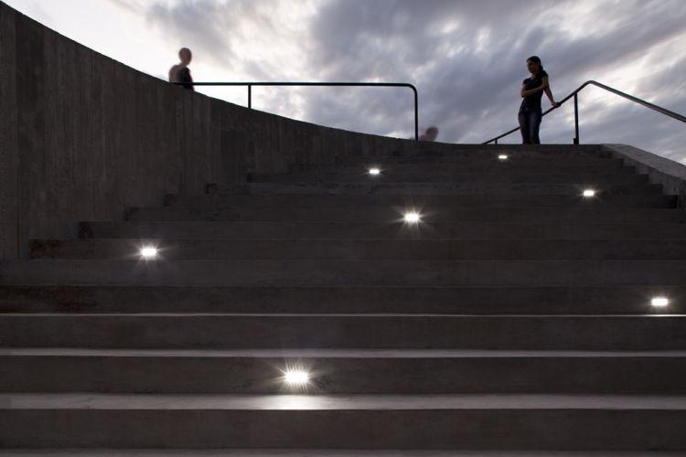 terraco jardim detalhe:Detalhe da escadaria com pontos de luz que leva ao terraço na