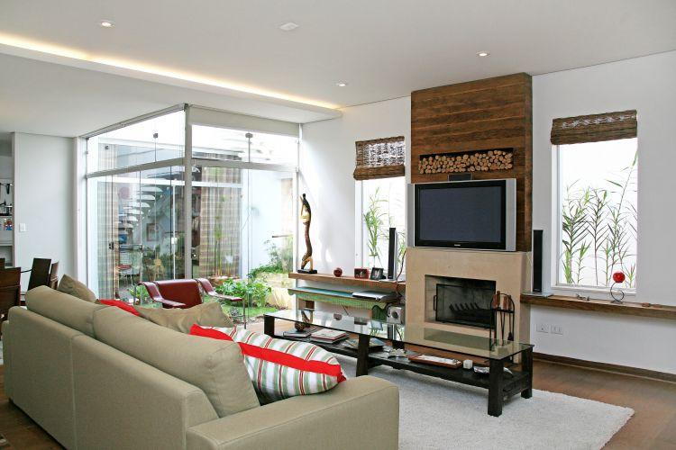 Sala Com Tv Na Janela ~ estar é mobiliado com mesa e descansa pés esculpidos em madeira de