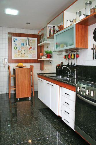 A cozinha foi renovada com os metais. Os armários foram reformados, recebendo novos puxadores e revestimento