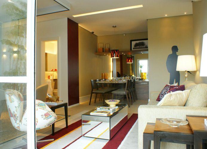 Ligado com a varanda e com a sala de jantar, o living ficou mais espaçoso e confortável
