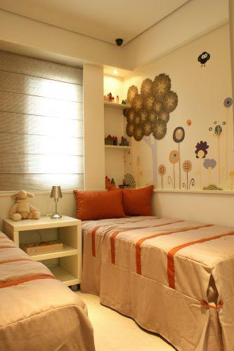 Os adesivos da Coisas da Dóris aplicados na parede dão o tom infanto-juvenil ao quarto, que recebeu papel de parede lavável