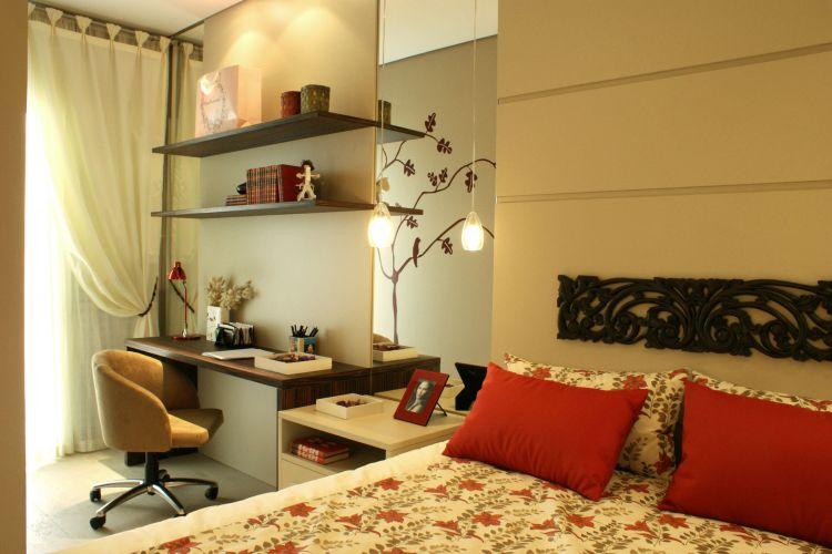 Ao lado da cama, o projeto inclui uma bancada de trabalho com prateleiras, beneficiando-se da luz natural proveniente do pequeno terraço
