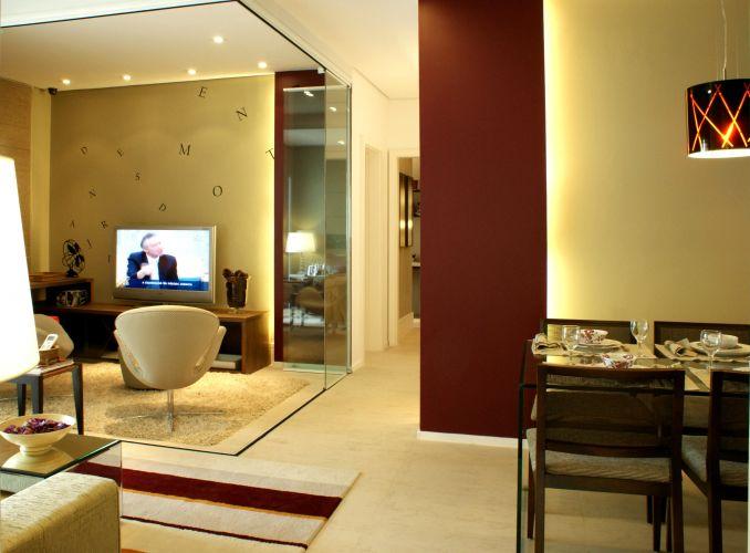 Com os painéis de vidro abertos, a sala de TV fica integrada ao estar, ampliando a área do living