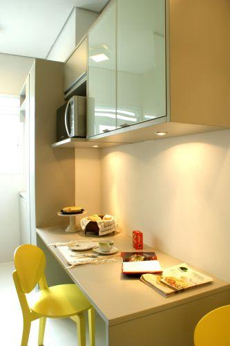 Na cozinha, a bancada que sai do armário pode ser usada para pequenas refeições e também como área de trabalho