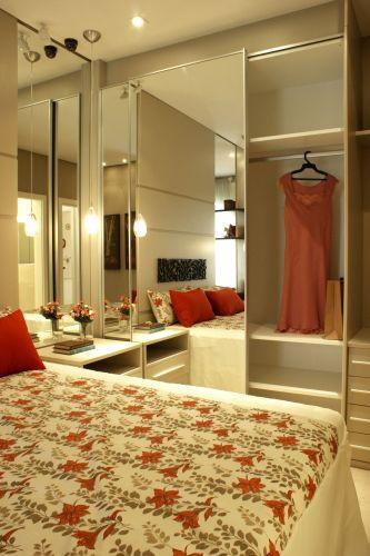 No quarto de casal, o espelho na porta do armário Florense amplia o espaço e multiplica a luz natural