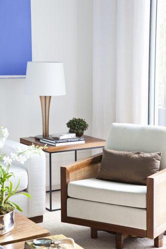 Na composição dos móveis do living, ganha destaque a poltrona giratória Etel e a mesa lateral Érea, decorada com abajur de murano da Lumini
