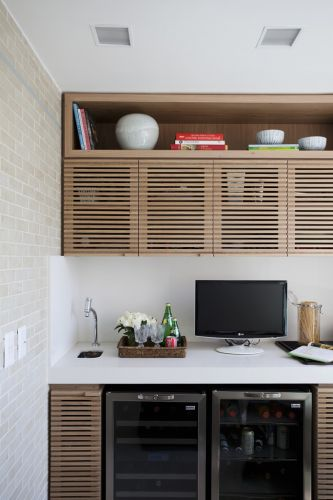 Na área reservada à varanda gourmet, toda a marcenaria ficou por conta do arquiteto Dado Castello Branco, autor do projeto de decoração do apartamento de 250 m²