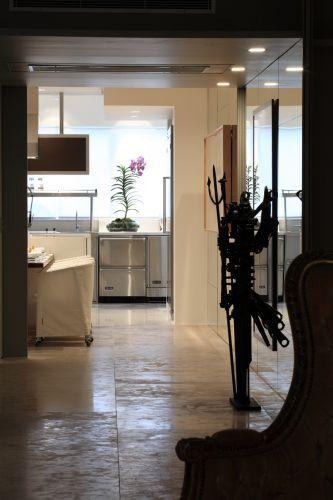 Um pequeno hall faz a transição entre o living e a área de jantar e cozinha do apartamento do arquiteto David Bastos
