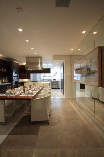 A cozinha-jantar do arquiteto David Bastos foi equipada com eletrodomésticos Viking e armários da Kitchens. A iluminação planejada pela Lumini pontua as áreas de trabalho, de alimentação e de passagem