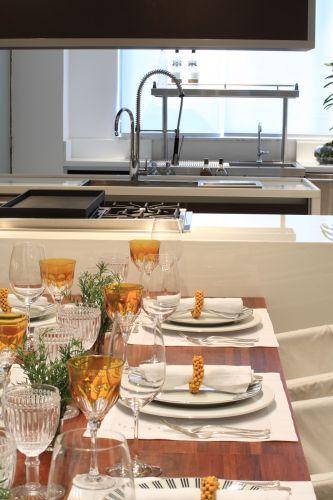 Detalhe da mesa de cedrinho colada à ilha de mármore branco instalada na cozinha do arquiteto David Bastos