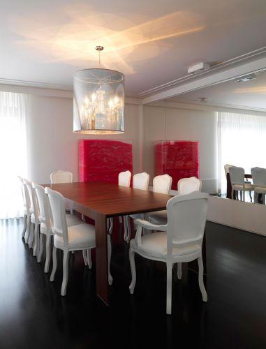 O único lustre de grande expressão no apartamento é o que pende sobre a mesa de jantar. Acesa, a peça italiana deixa transparecer sob a moderna cobertura em policarbonato espelhado seus contornos clássicos. Ainda na sala de jantar, uma escultura do artista plástico Pazé - e seus milhares de canudinhos plásticos - dá cor ao espaço